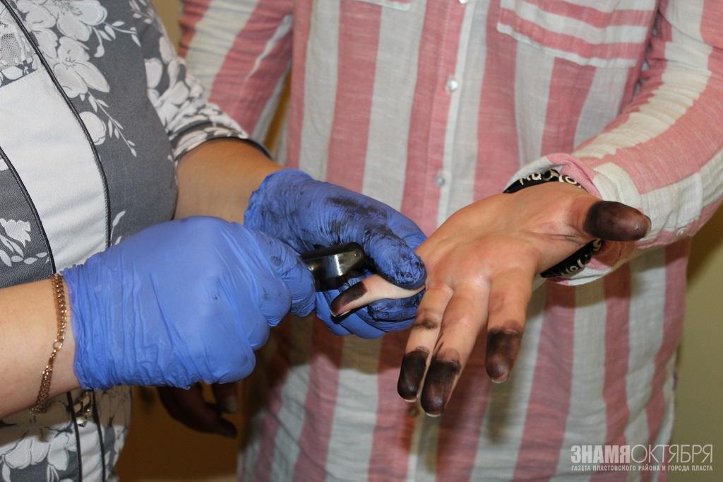 С Пластовских студентов сняли отпечатки пальцев
