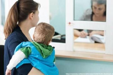 Несовершеннолетние проживают только с матерью, а деньги получит отец.