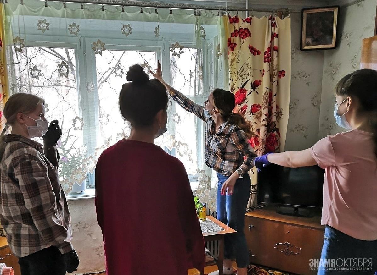 Юные волонтеры помогают пожилым людям